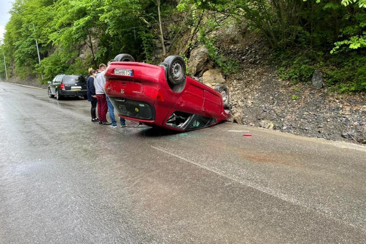 Accident între Băișoara și Liteni. O mașină s-a răsturnat - FOTO