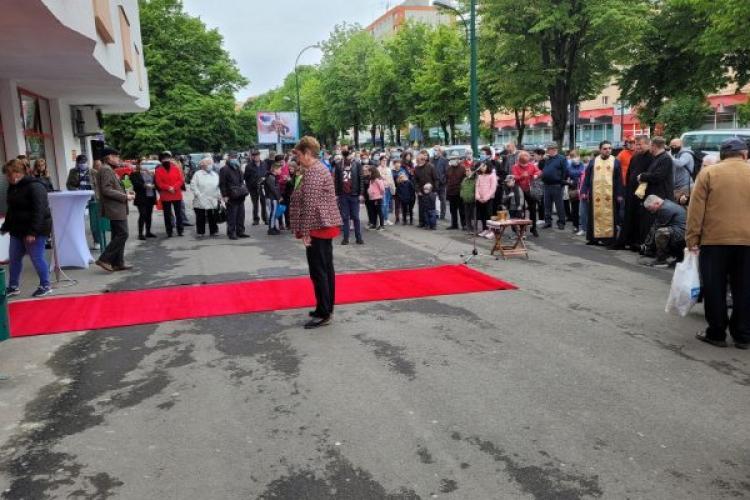 Sobor de preoți, covor roșu și pâine la inaugurarea unui oficiu poștal din Mureș - FOTO