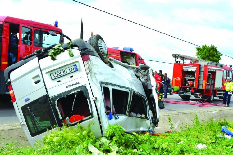 Cluj: Microbuz răsturnat pe dealul Dăbăgău, pe DN 1, la Copăceni