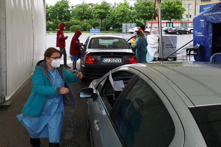 Cluj: Relatare SAVUROASĂ de la vaccinarea Drive Through. A rămas o doză și au oprit o mașină în trafic pentru a nu se pierde