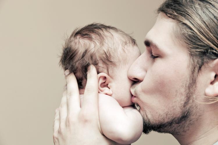 După 15 luni de restricții, tatăl poate asista la naștere. Care sunt condițiile?