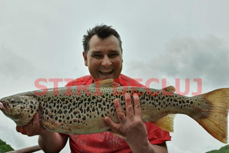 Alt păstrăv MONSTRU, prins la Tarnița. Peștele de acum are un metru - FOTO