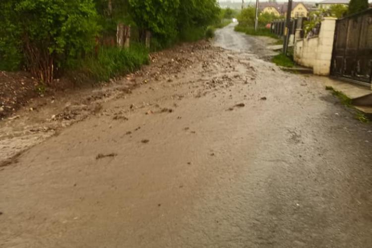 Stradă avariată de viitură în zona Bună Ziua - Calea Turzii: Degeaba asfaltezi, dacă nu decolmatezi șanțurile - FOTO