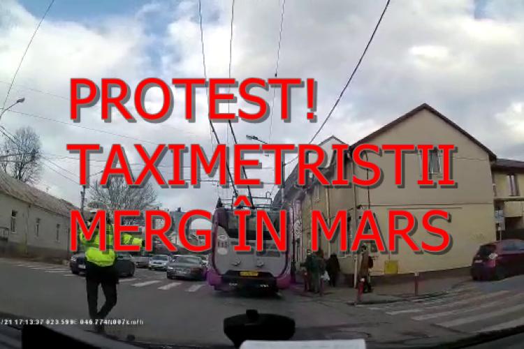 Taximetriștii din Cluj fac marș de PROTEST cu mașinile. Ei cer să fie lăsați pe benzile dedicate pentru transportul în comun