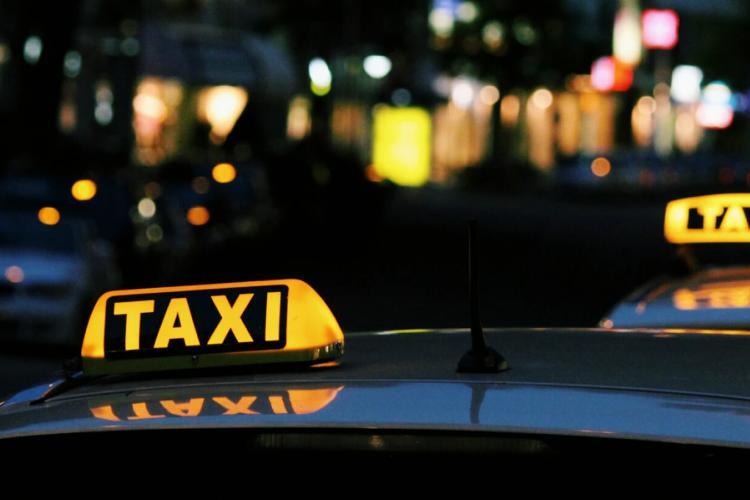 Un taximetrist a fost amenințat și înjunghiat de doi pasageri