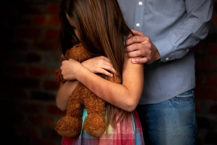 Caz revoltător! Un cuplu și-a abuzat sexual fetița de 6 ani și alte 3 fete