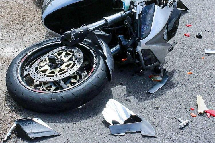 Șofer din Cluj fără caracter! I-a tăiat calea unui motociclist sub podul Calvaria, dar nu a oprit deși acesta s-a accidentat