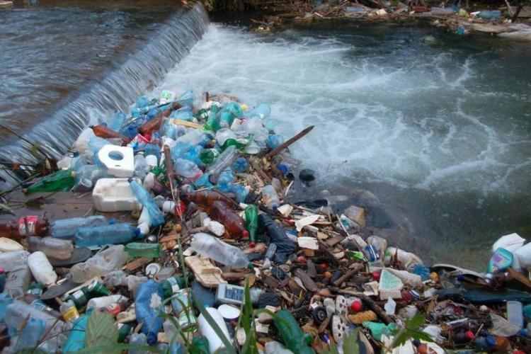 România poluează iar Ungaria: Someșul a transportat în țara vecină 100-120 de recipiente de plastic pe minut