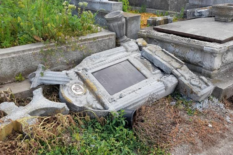 Cimitirul Cordoș, din cartierul Dâmbu Rotund, a fost vandalizat. Oamenii cred că sunt sataniștii - FOTO