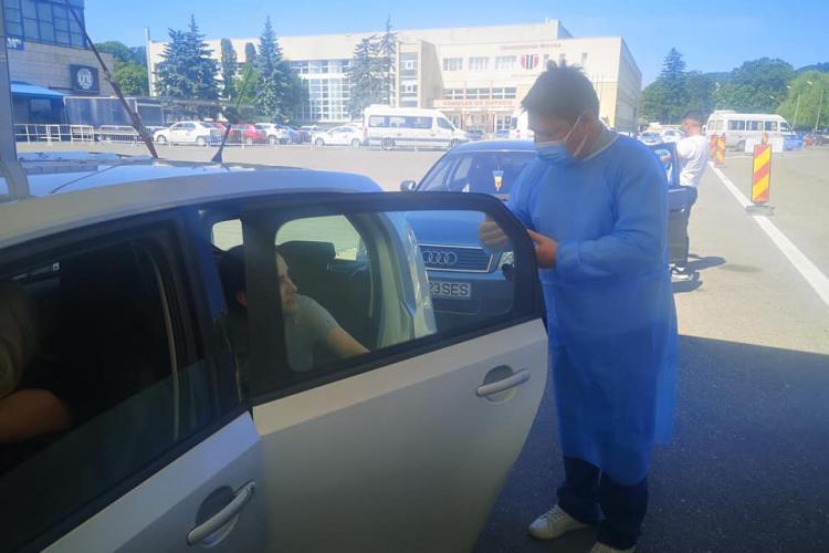 Relatare SAVUROASĂ de la centrul de vaccinare Drive Through Cluj. Bărbații se tem de ac! Noroc că nu trebuie să nască...