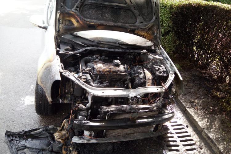 Cluj: O mașină a luat foc pe Dorobanților - FOTO