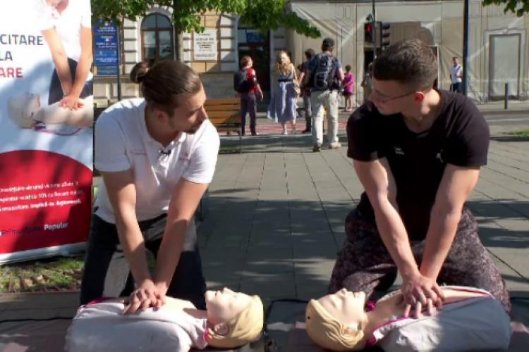 Cluj: Un medic și un instructor de fitness le-au demonstrat clujenilor ce înseamnă 10 minute de masaj cardiac, pe stradă
