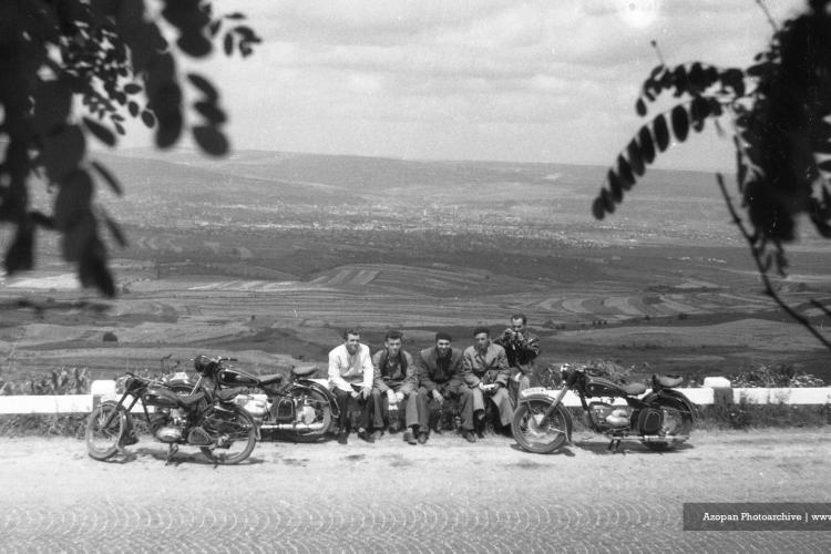 Roadtrip la Cluj în 1957. Motocicliști pe Dealul Feleacului cu orașul în spate - FOTO