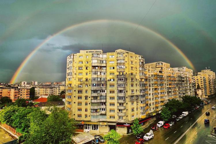 Curcubeu superb la Cluj-Napoca, după ploaia de vineri seara - FOTO
