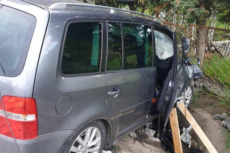 O șoferiță din Baia Mare a rupt un stâlp - FOTO