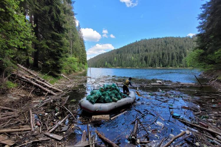 PET -uri și alte gunoaie au pus stăpânire și pe lacul Beliș. Imaginile sunt triste - VIDEO