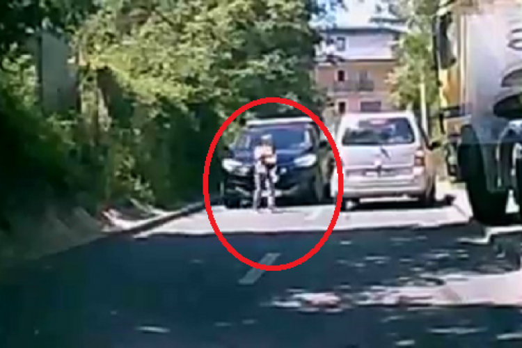 Copil salvat din haosul de pe strada Donath, care nu are trotuare, de o șoferiță cu suflet mare - VIDEO