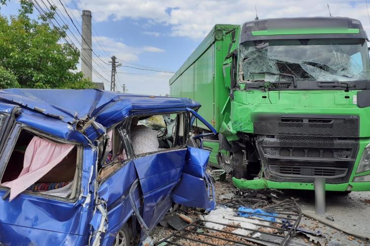 Accident grav pe strada Bistriței din Dej. Un microbuz a fost lovit de un TIR - VIDEO