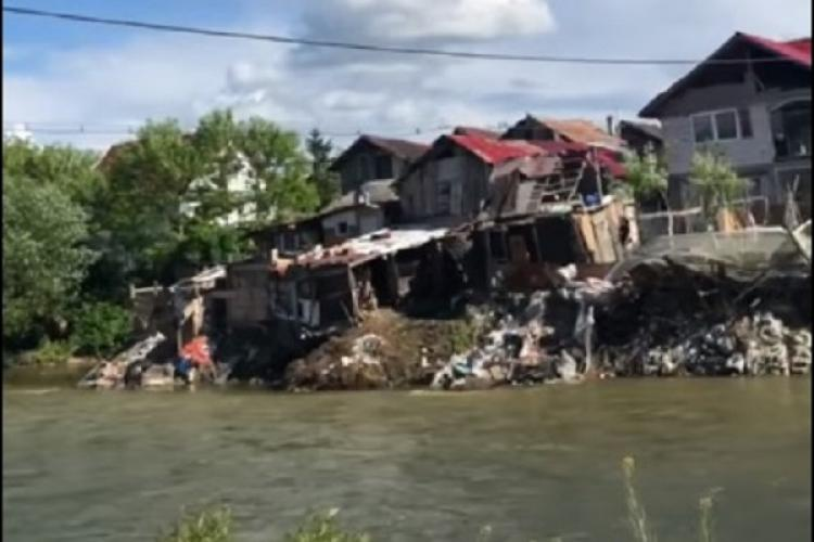 Femeie filmată în Florești cum aruncă gunoaie în Someș. E lejeră, semn că face asta zilnic - VIDEO