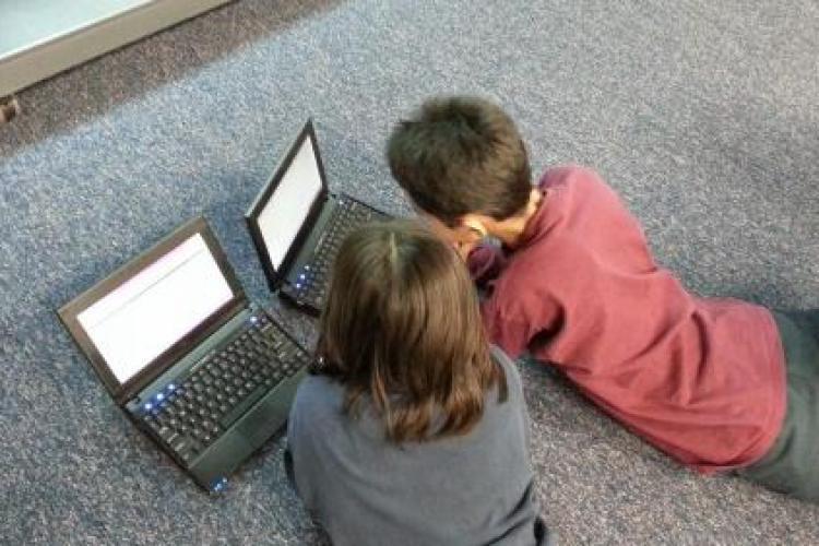 Elevii și studenții pot cere 200 de euro ajutor de la stat, pentru un calculator sau un laptop nou, până pe 15 iunie
