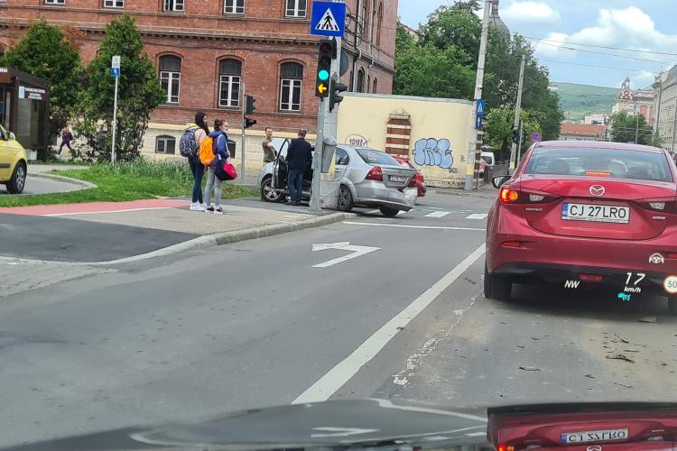 Accident cu trei mașini implicate în Piața Cipariu - FOTO