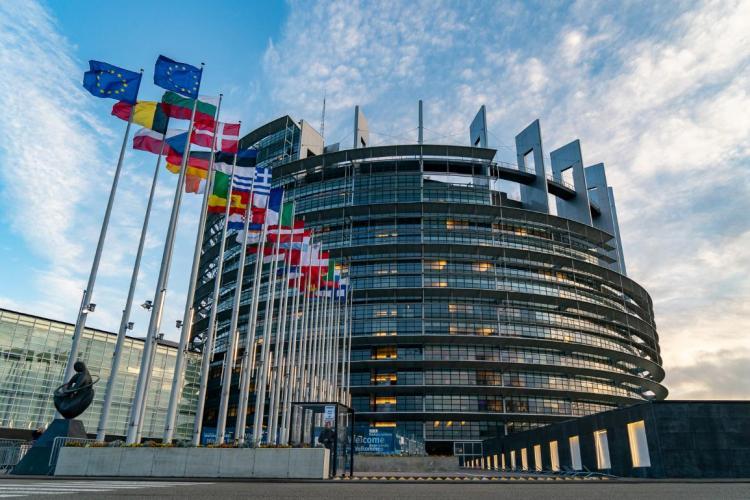 Tinerii români pot aplica pentru un stagiu plătit la Parlamentul European, până pe 30 iunie