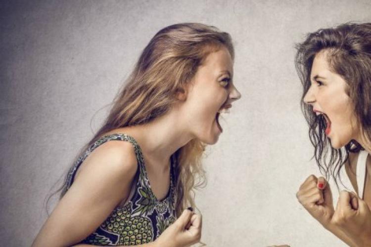 Bătaie crâncenă între două femei, la o terasă. Motivul conflictului ar fi fost un bărbat