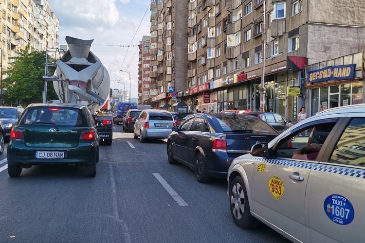 """Trafic de 5 stele la Cluj: 500 metri în 35 minute, pe str. Fabricii / De vină sunt """"oile"""" care blochează intersecția"""