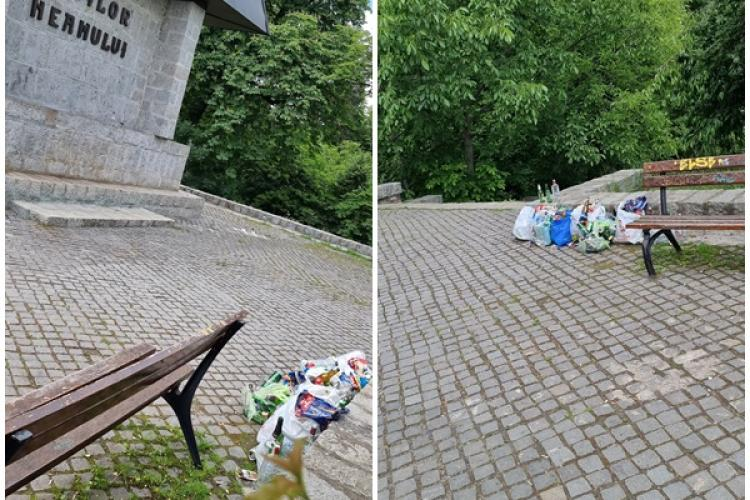 """Cum se cinstesc eroii la Cluj! Petreceri în Parcul Cetățuie și multă mizerie la monumentul """"Eroii Neamului"""" - FOTO"""