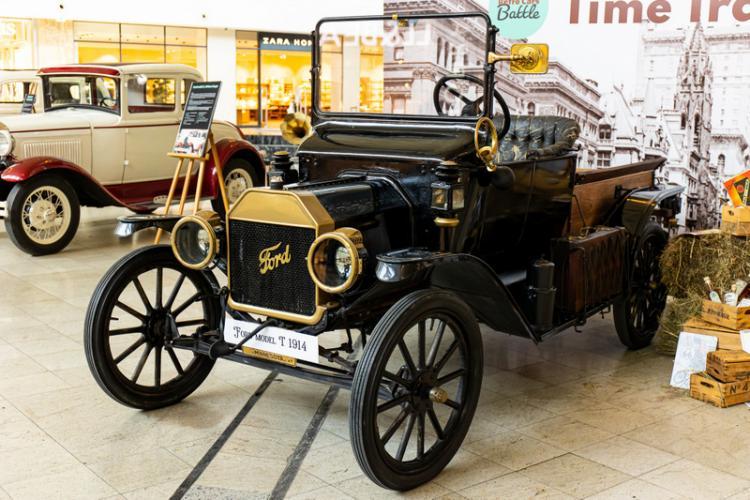 Expoziție de mașini de epocă americane și britanice la Iulius Mall Cluj - FOTO