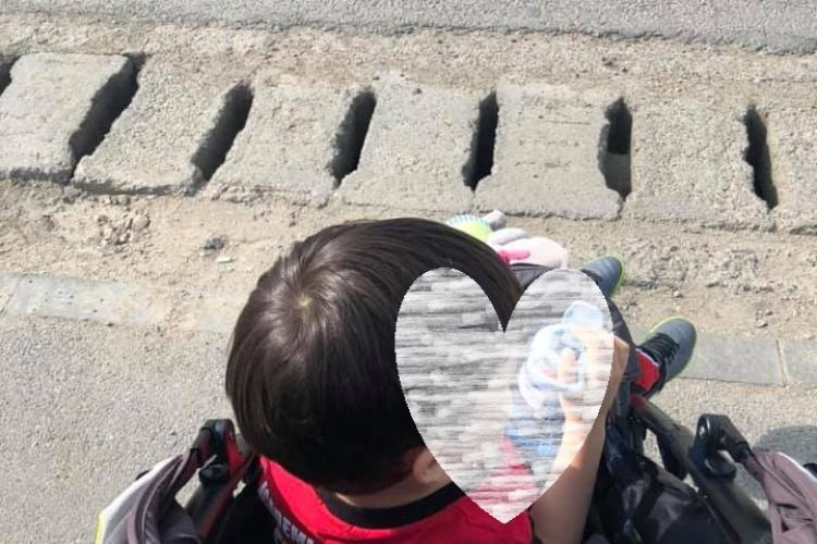 """Cluj: Trotuarele prost făcute, un pericol pentru copii. """"Cel mare și-a prins piciorul într-o gaură, căruciorul a rămas pe trecerea de pietoni"""""""