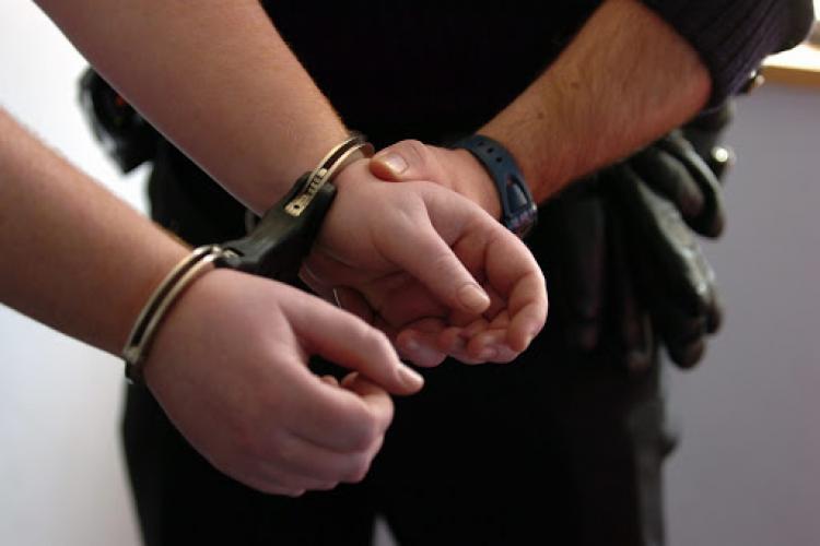 Patru clujeni reținuți pentru trafic de minori, tâlhărie și act sexual cu un minor