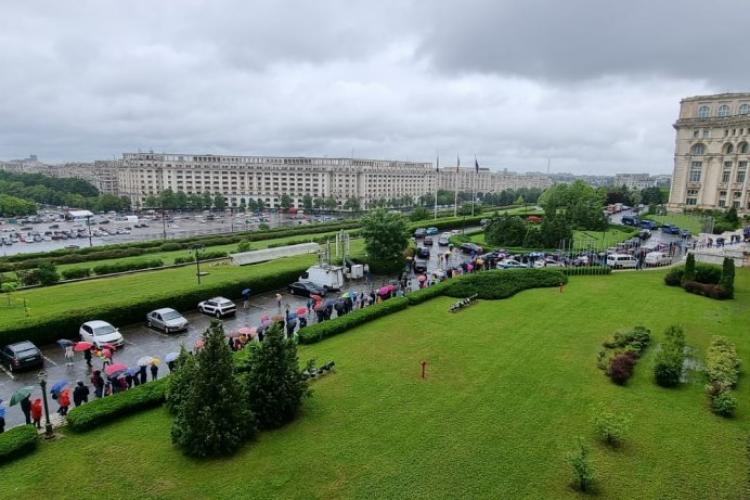 Peste 4.000 de copii au stat în ploaie ca să viziteze biroul lui Orban și Palatul Parlamentului - FOTO