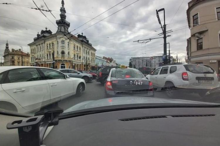 În Cluj-Napoca se circulă deja ca în India! Toți intră în intersecție deodată - FOTO