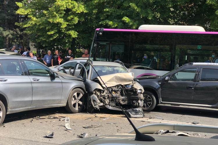 """Accident pe Aurel Vlaicu. L-au făcut """"sandwich"""". Are ambele picioare rupte - VIDEO"""