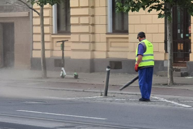 Parcă ne-am prostit de cap! Așa se curăță praful de pe strada Horea, din Cluj-Napoca. E suflat în capul trecătorilor - VIDEO și FOTO