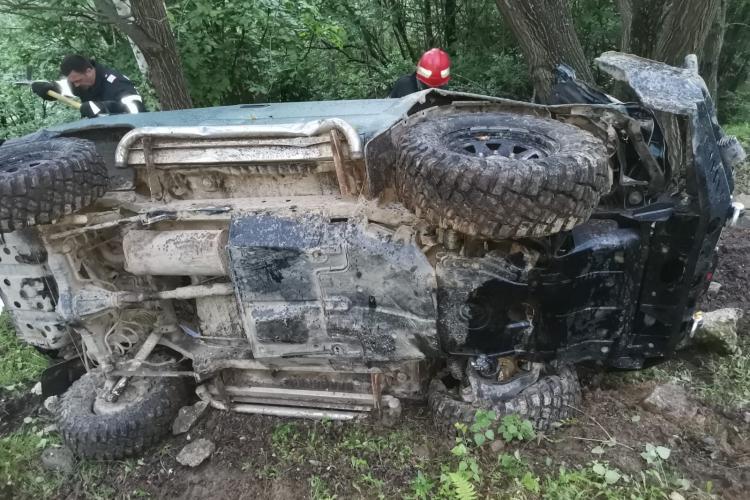Salvare dificila la Muntele Rece! Mașină de teren prăbușită intr-o râpă, încolăcită în cabluri de curent - FOTO