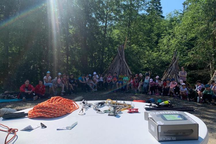 Jandarmii montani clujeni au discutat cu copiii, la tabăra Crucii Roșii de la Valea Ierii - FOTO