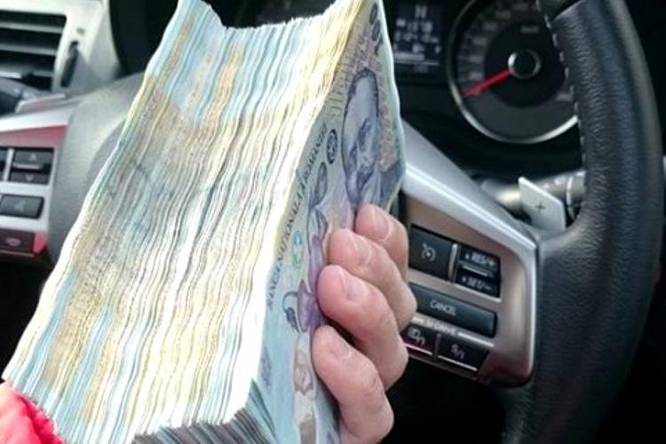 Un șofer a aruncat dintr-o mașină în alta 300.000 de euro, sub ochii polițiștilor