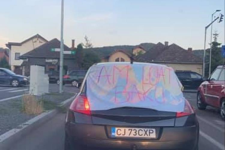 De fericire că a luat Bac -ul, un tânăr clujean și-a legat un banner de mașină. Ce scrie pe el e altă problemă - FOTO