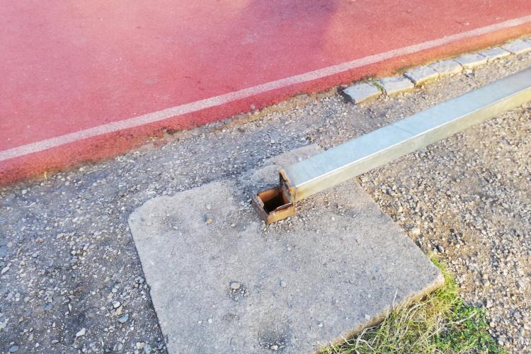 Panou de baschet prăbușit în Parcul Cetățuia! Oamenii spun că s-a făcut treabă de mântuială - FOTO