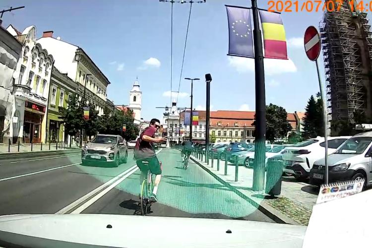 Contre între bicicliști și taximetriști pe banda dedicată autobuzelor: Nu știu că și noi avem dreptul - VIDEO