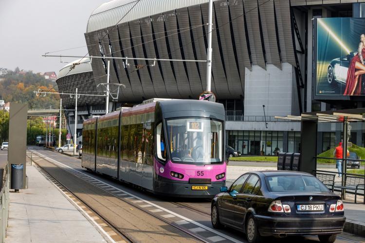 Pe Splaiul Independenței va fi bandă dedicată pentru tramvai: Stau 150 de oameni în tramvai, după un șofer singur în mașină