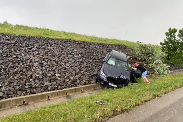 Accident pe Autostrada Transilvania! BMW ieșit în decor. Doar un șofer a oprit să vadă dacă e nevoie de AJUTOR - FOTO