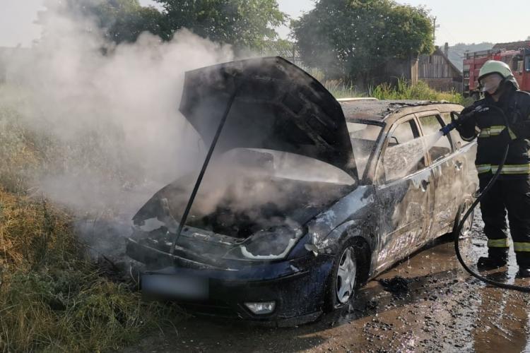 O mașină a luat FOC în Câmpia Turzii miercuri dimineață - FOTO