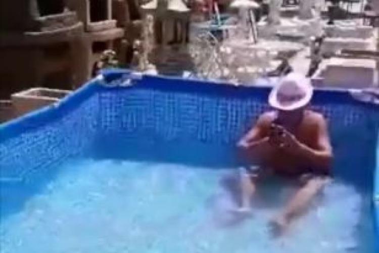Un client a făcut baie în piscina expusă la Dedeman - FOTO
