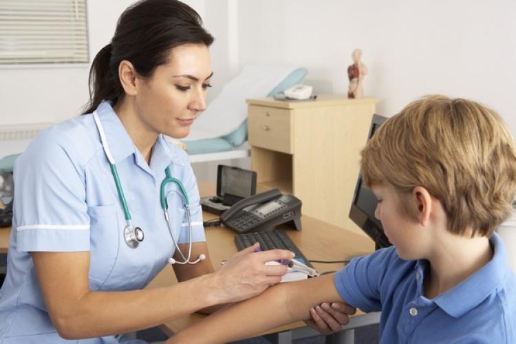 Copiii ar putea fi vaccinați în școli, începând de anul următor