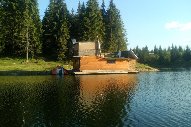 Când credeam că le-am văzut pe toate!!! Pe Beliș a apărut o casă pe un ponton. Are și parabolică - FOTO