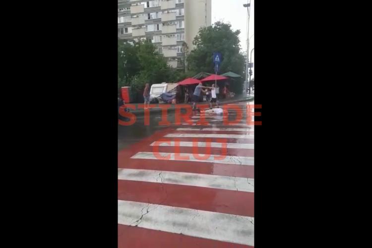 Incident pe Constantin Brâncuși. Un bătrân a căzut lat pe trecerea de pietoni și doi bărbați se îmbrânceau - VIDEO