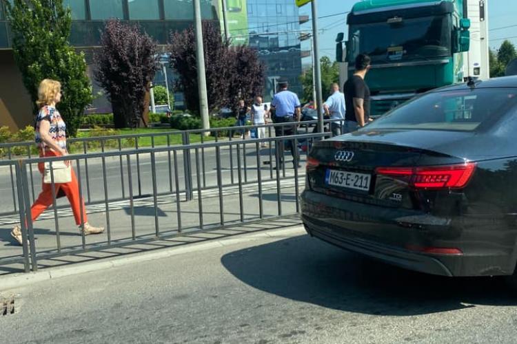 Trotinetist lovit de un TIR, în sensul giratoriu de lângă Iulius Mall Cluj - FOTO